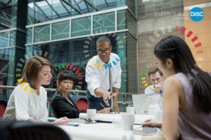 foto pessoas numa mesa reunião